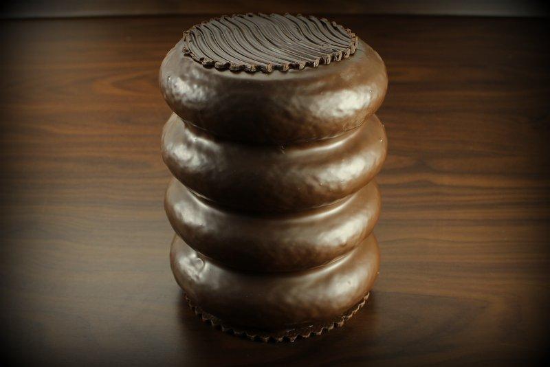 baumkuchen-mit-zartbitterueberzug-750g-in-goldener-geschenktruhe